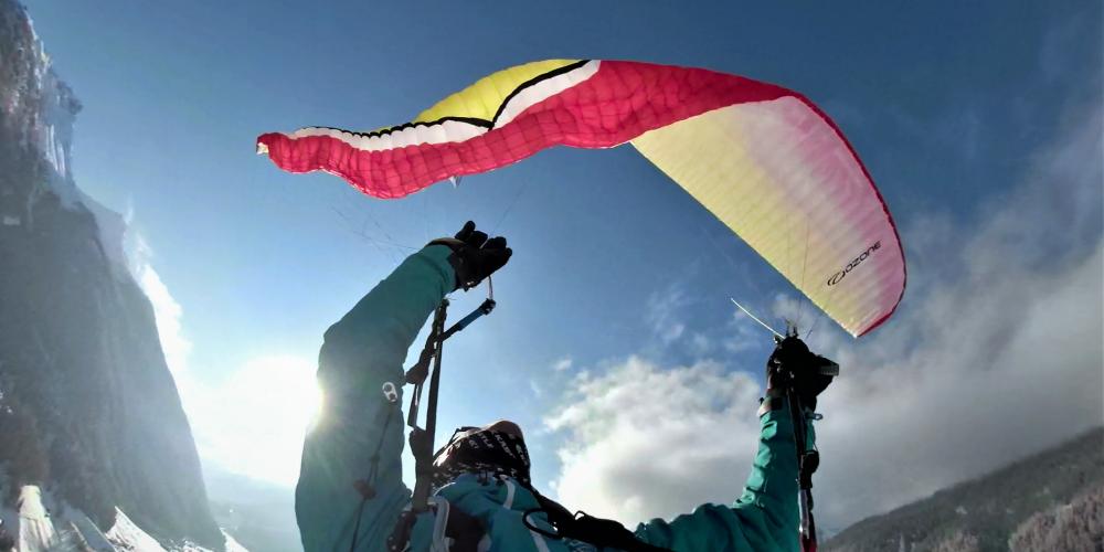 Seitenklapper Ozone Rush 5 während eines testfluges für das flying manual von intothesky.